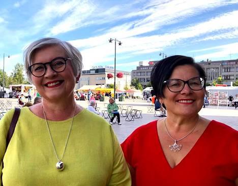 """Joensuun torilla. Yksi Anun parhaita ystäviä on Sari Kaasinen. """"Vaikka olisi välimatkaa, niin juttu lähtee heti liikkeelle."""""""