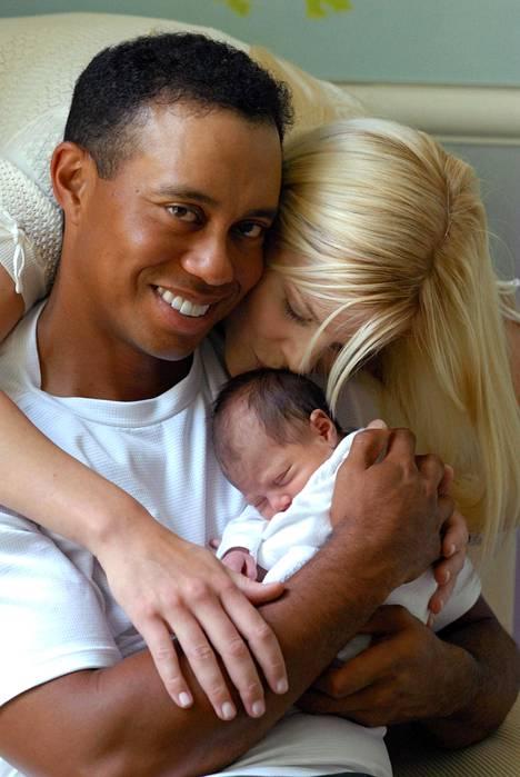 Tiger Woods ja Elin Nordegren poseerasivat kameroille Sam-tyttären synnyttyä vuonna 2007.