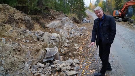 Hirvasjärven tiehoitokunnan puheenjohtaja Pertti Pulkkinen näyttää kohtaa, jossa sähkökaapeli oli asennettu tien laitaan niin matalaan syvyyteen, että esimerkiksi aurausviittojen asentaja olisi yltänyt lyödä sen rikki rautakangella.