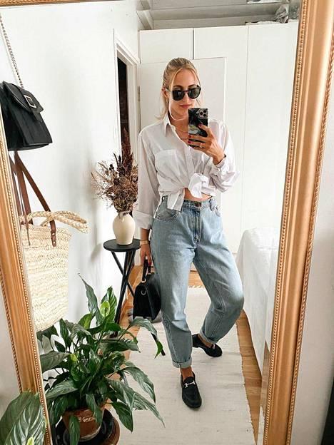 Leviksen farkut löytyivät käytettynä viisi vuotta sitten Tukholmasta. Pusero on miesten osastolta SPR:n kirppikseltä. Sandra tekee stylistin töitä SandraEmilia-nimellä ja jakaa asujaan usein @sandraemiliah-tilillään.