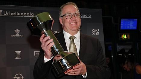 Suomen jalkapallomaajoukkueen joukkueenjohtaja Lennart Wangel kävi noutamassa Huuhkajien palkinnon.