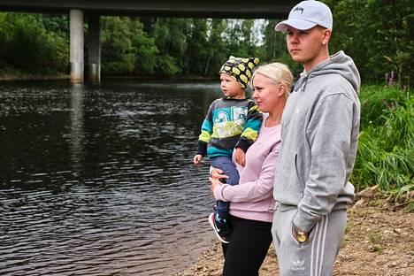 Kristiina Kautto ja hänen puolisonsa Kim Heimonen vierailivat auton nostopaikalla tiistaina.
