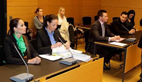 Martina Aitolehti ja Anne-Mari Berg oikeudessa vuonna 2010.