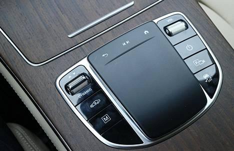 Ajotilat säätyvät keskikonsolista. Sähköllä ajaminen on mahdollista 160 km/h nopeuteen saakka.