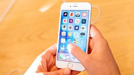 IPhone 6s -puhelin hidastuu merkittävästi uusissa iOS-ohjelmaversioissa. Apple on luvannut jatkossa antaa käyttäjien itse päättää, hidastetaanko puhelinta.