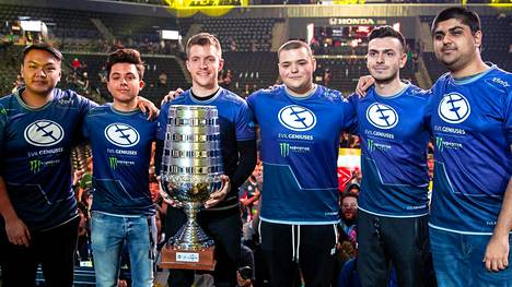 Evil Geniusesin CS-joukkue on tällä hetkellä maailmanlistalla viides. Kuvassa joukkueella on päällään vanhat pelipaidat.