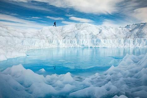 Grönlannin mannerjäätikkö hehkuu päivänvalossa.