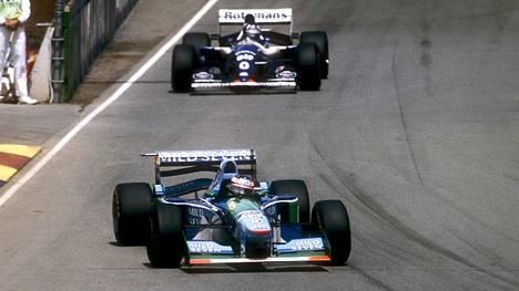 Damon Hill ajoi Michael Schumacheria takaa Adelaiden F1-kisassa 1994. Myöhemmin samassa kisassa kaksikko kolaroi.