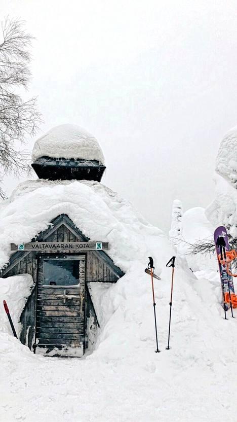 Lumilautailija Sanni Oksanen suosittelee matkailijoille Valtavaaraa. Se sijaitsee Lapin esikartanossa eli Kuusamossa.