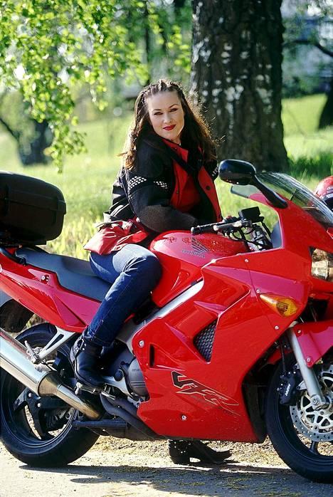 """Laulajalla oli tapana kulkea keikoille moottoripyörällä. Häntä pidettiin tuolloin tangomaailman """"tuhmana tyttönä""""."""