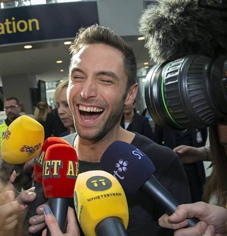 Euroviisuvoittaja Måns Zelmerlöw oli yhtä hymyä saapuessaan Wienistä Tukholman Arlandan lentokentälle toukokuussa 2015.