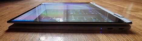 Taitettuna Galaxy Book Pro 360 on tabletiksi suhteellisen paksu.