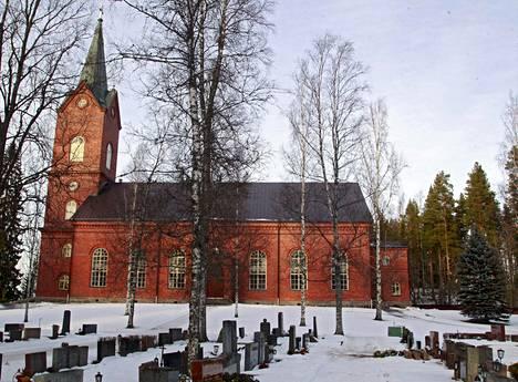 Aurinko valaisi Mäntsälän kirkkoa maanantaina.