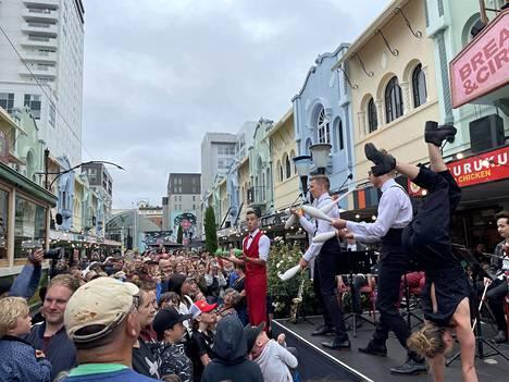 Näin iloisesti vietettiin Backyard Buskers -festivaalia Christchurchin kaupungissa Uudessa-Seelannissa 16. tammikuuta. Hyväntuulisessa väkijoukossa ei näy kasvomaskeja, eikä turvaväleistä murehdita.