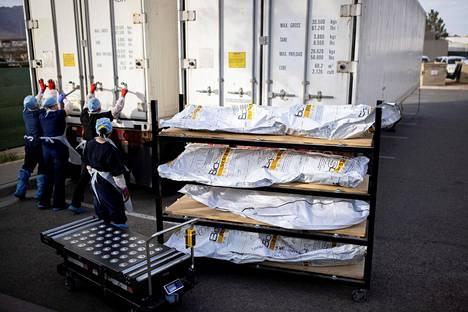 Koronavirukseen kuolleiden ruumiita lastattiin kontteihin El Pasossa, Texasissa.