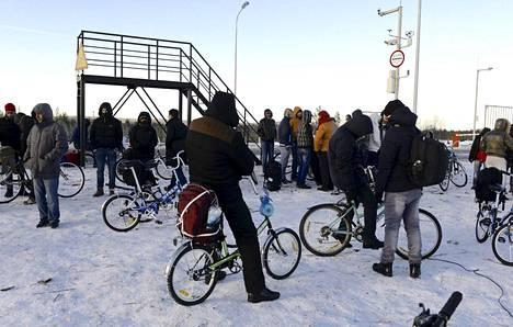Joukko turvapaikanhakijoita Venäjän ja Norjan rajalla lokakuussa.