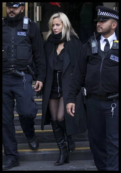 Caroline Flack poistuu joulukuussa oikeudesta poliisien saattamana.