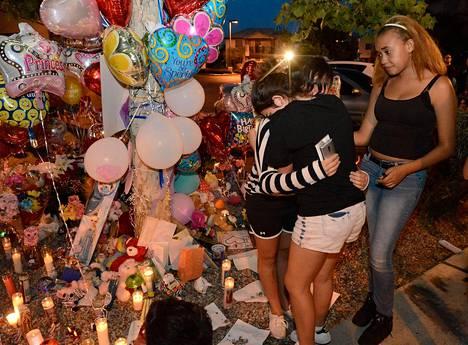 Julman henkirikoksen uhriksi joutunutta tyttöä on muistettu tuomalla surmapaikalle kynttilöitä ja ilmapalloja.