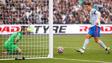 Cristiano Ronaldo osui oman laukauksensa paluupallosta.
