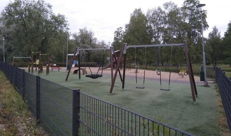 Nekalassa sijaitsevalta Lampipuiston leikkipaikalta toiminta siirtyy uuteen Iidesjärven perhepuistoon.