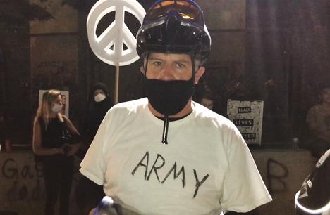 Alan Moore oli mielenosoituksessa toista päivää.