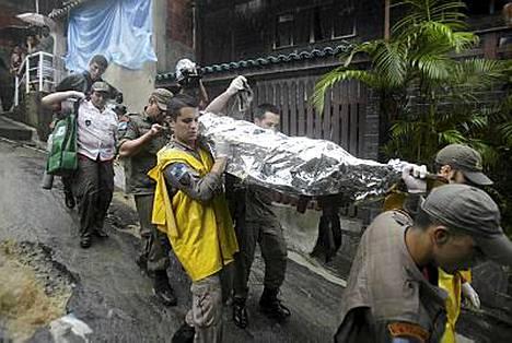 Maanjäristyksen uhria kannetaan paareilla Rio de Janeirossa.
