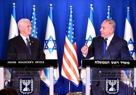 Yhdysvaltain presidentti Mike Pence (vas.) ja Israelin pääministeri Benjamin Netanjahu tapasivat Jerusalemissa maanantaina.