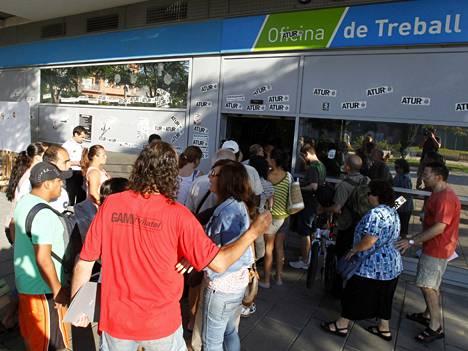 Ihmiset jonottavat työvoimatoimiston ovella Barcelonan lähistöllä, Espanjassa.