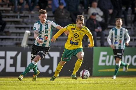Jonne Hjelm (oik.) yrittää siivittää Ilveksen voittoon.