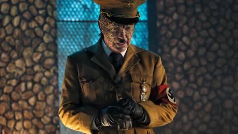 Adolf Hitlerin roolin Iron Sky the Coming Race -elokuvassa tekee Udo Kier, joka näyttelee myös ensimmäisestäkin elokuvasta tuttua Wolfgang Kortzfleischia.