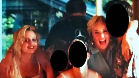 April Telekin nostamaan oikeuskanteeseen on liitetty kuva, jossa hän (vas.) ja Angela Dyborn poseeraavat yhdessä grillijuhlissa 1990-luvulla.