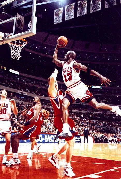 Koripallotähti Michael Jordan nimikkokengissään.