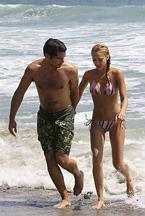 Cash Warren ja Jessica Alba rantakunnossa.