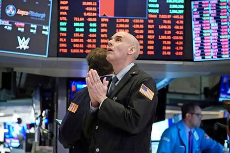 USA.  New Yorkin pörssi on kokenut kovia tällä viikolla, kun kaupankäynti on suurten pudotusten vuoksi katkennut automaattisesti.