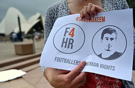 Australialainen mielensosoittaja vetosi torstaina Sydneyssä bahrainilaisen ex-jalkapalloilijan Hakeem Alaraibin vapauttamisen puolesta.