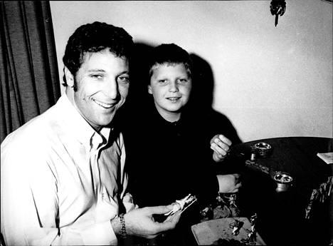 Tähtilaulaja ja hänen kouluikäinen Mark-poikansa 1972.