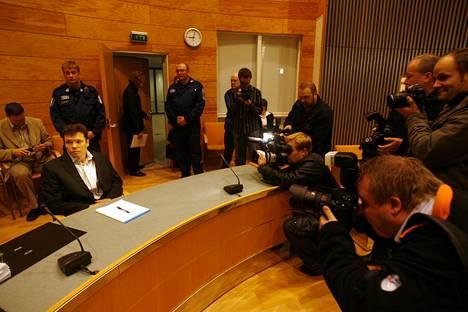 Useat tiedotusvälineet seurasivat pidetyn poliitikon murhan oikeudenkäyntiä. Jarmo Björkqvist ei pitänyt tekoaan murhana vaan tappona.