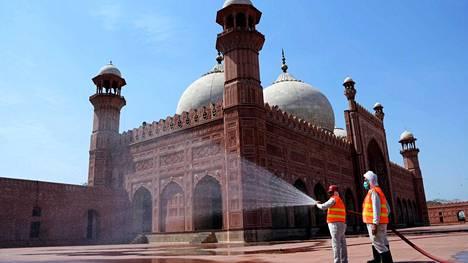 Moskeijaa desinfioitiin koronaviruksen takia keskiviikkona Pakistanissa.