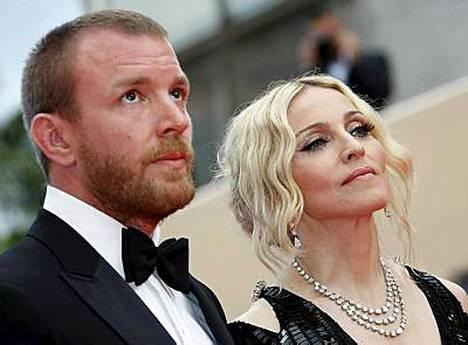 Guy Ritchie haluaa pitää hänen ja Madonnan lapset Britanniassa.