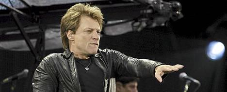 Jon Bon Jovi loukkasi polvensa nivelsiteet liukastuttuaan kaatosateessa Helsingissä.