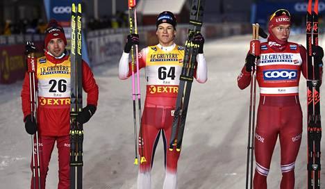 Kläbo (kesk.) oli lauantain ykkönen. Venäläiset Aleksei Tshervotkin (vas.) ja Aleksandr Bolshunov (oik.) toinen ja kolmas.