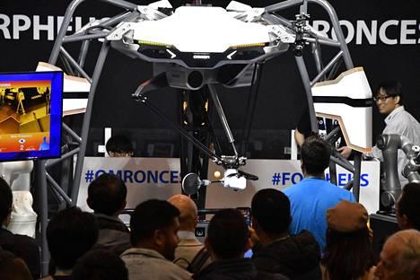 Useimmat tuntevat jo esportsin, mutta robotit tunkeutuvat myös perinteiseen urheiluun. Omronin robotti pelasi pingistä messukävijöiden kanssa.