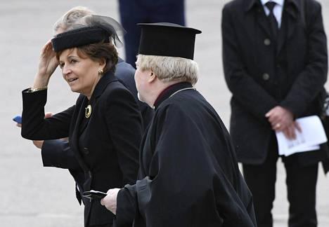 Entinen pääministeri, europarlamentaarikko Anneli Jäätteenmäki (kesk) saapui hautajaisiin tyylikkäässä suruhatussa.