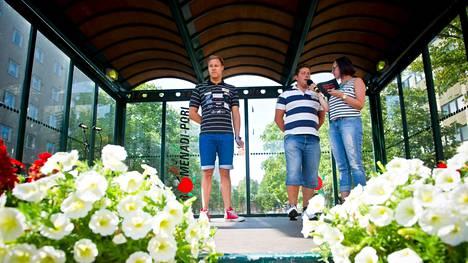 Taru Saine haastatteli Tomi Pystystä ja Matti Mattssonia 19-vuotiaan MM-mitalistin kotiinpaluujuhlassa Porin Eetunaukiolla loppukesästä 2013.
