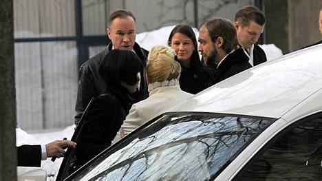 Ile Vainio (vas.) osallistuu ystävänsä hautajaisiin.