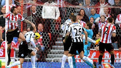 Steven Fletcher (vas.) puski Sunderlandille 1-0-johto-osuman.