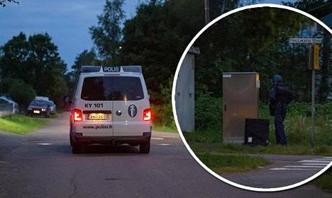 Poliisit partioivat kadulla raskaasti aseistautuneina ja etsivät aseen kanssa nähtyä henkilöä alueelta noin tunnin ajan.