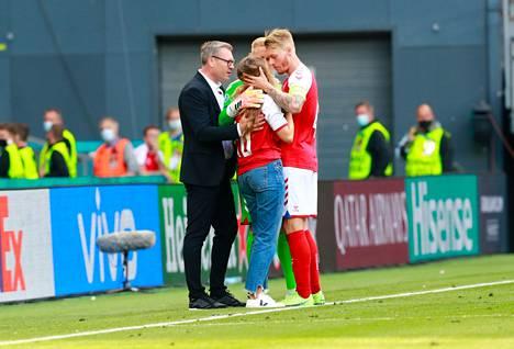 Tanskan Simon Kjär ja Kasper Schmeichel lohduttivat kentälle tullutta naista, jonka on kerrottu olevan Christian Eriksenin puoliso Sabrina Kvist Jensen.