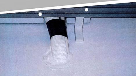 Parvekkeen yläreunaan jää piiloon kaapeli, jonka pistotulppa on seinällä pistorasiassa.