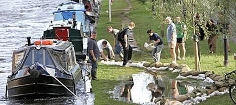 Gloucestershiressä ja lähialueilla yli 350 000 ihmistä on ollut viikonlopusta lähtien ilman puhdasta vettä.